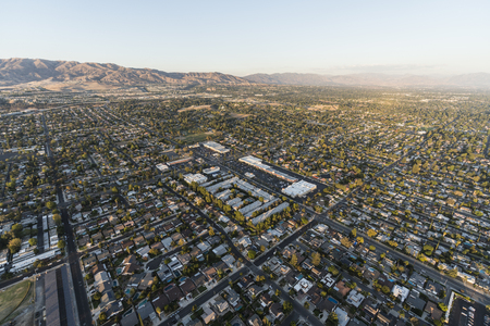 Aerial view of homes and streets near Lassen St and Mason Ave in the Chatsworth neighborhood of Los Angeles, California. 스톡 콘텐츠