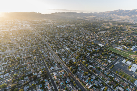 Late afternoon aerial view towards Lassen St and Corbin Ave in the San Fernando Valley Chatsworth neighborhood of Los Angeles, California. 스톡 콘텐츠