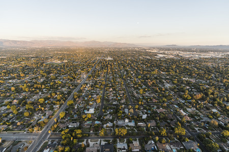 Late afternoon aerial view of San Fernando Valley homes and streets of Los Angeles, California. 스톡 콘텐츠