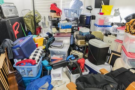 Hoarder kamer vol met opgeslagen dozen, elektronica, bestanden, zakelijke apparatuur en huishoudelijke artikelen. Stockfoto