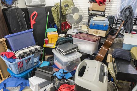 Hoarder home rempli de boîtes stockées, d'électronique vintage, de fichiers, d'équipements professionnels et d'articles ménagers.