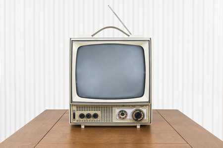 Grungy Vintage tragbarer Fernseher auf altem Holztisch. Standard-Bild