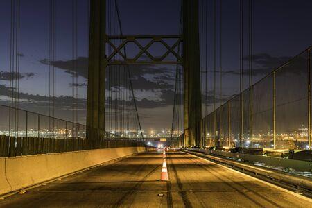 Conos de tráfico de mantenimiento de carreteras alineados en el puente Vincent Thomas entre San Pedro y Terminal Island en Los Ángeles, California.