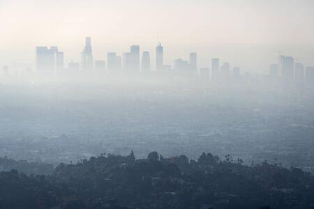 Eine dicke Schicht aus Smog und Dunst vom nahegelegenen Buschfeuer versperrt den Blick auf die Gebäude in der Innenstadt von Los Angeles in Südkalifornien. Schuss vom Hügel im beliebten Griffith Park.