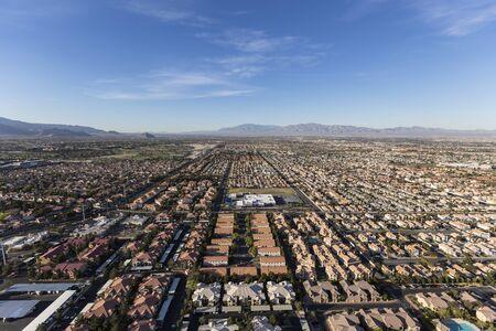 Vista aérea de los barrios suburbanos de rápido crecimiento en Las Vegas, Nevada. Foto de archivo