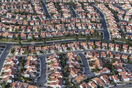 Aerial view of suburban Los Angeles cul-de-sac streets and homes in the San Fernando Valley region of Southern California.   스톡 콘텐츠