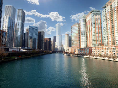 View of downtown buildings along the Chicago River in Cook County Illinois. 版權商用圖片