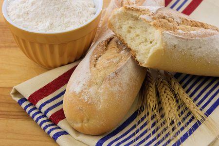 allerg�nes: Pain croustillant avec des tiges de bl� et de farine illustrent les allerg�nes alimentaires et de bl� savoureuses