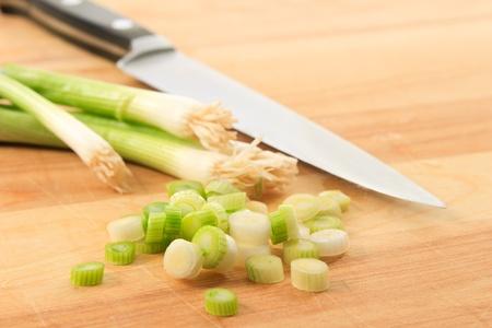zwiebeln: Close up of geschnitten Schalotten (Gr�ne Zwiebeln) auf eine Holz Schneidebrett mit Messer