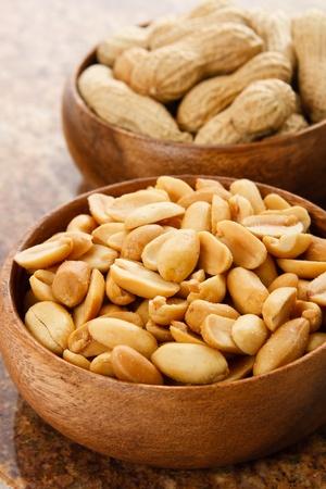 alergenos: Cacahuetes en cuencos de madera mostrar al�rgenos de alimentos que tambi�n son sabrosos aperitivos llenos de prote�nas Foto de archivo