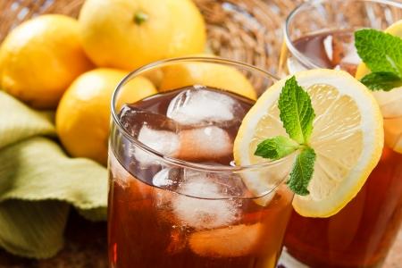 상쾌한 아이스 티가 뜨거운 여름날에 완벽한 음료를 만듭니다. 스톡 콘텐츠