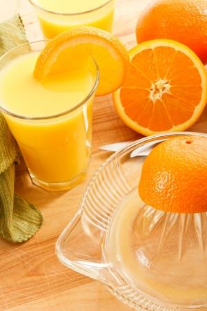 squeezed: Delizioso succo di arancia spremuta fresca � riempito di vitamina c e potassio, facendone una buona scelta di sana per una bevanda naturale con prima colazione. Archivio Fotografico