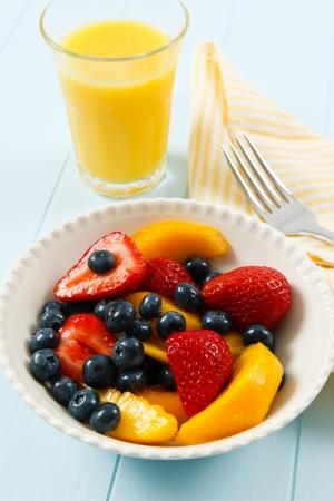 alimentacion sana: Una ensalada de frutas frescas saludables con fresas, arándanos y nectarinas es un desayuno delicioso de verano. Foto de archivo