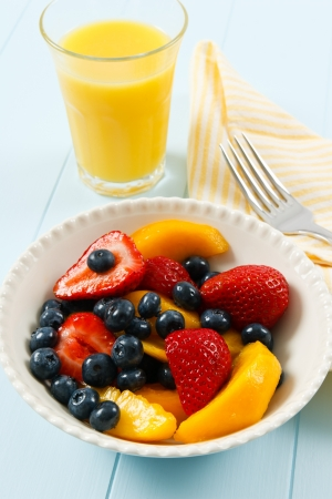 colazione: Una sana insalata di frutta fresca con fragole, mirtilli e noci è una estate la colazione deliziosa.