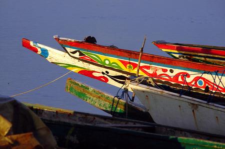 세네갈에서 잡힌 전통 보트 사진