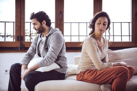 not talking: Coppia non parlare dopo una lotta sul divano in salotto a casa