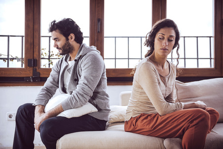 pareja discutiendo: Pareja no hablar despu�s de una pelea en el sof� de la sala de estar en casa