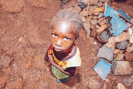 SENEGAL - SEPTEMBER 17: Little girl from the Bedic ethnicity, the Bedic living on the margins of society on top of a hill, on September 17, 2007 in Country Bassari, Senegal 스톡 콘텐츠