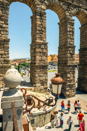 acueducto: Segovia, Spain - June 29, 2014: People around the famous ancient roman aqueduct on June 29, 2014, in Segovia, Spain Editorial
