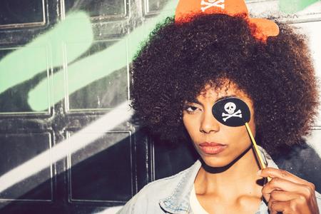 아름 다운 젊은 흑인 여자 가짜 파티 해 적 의상과 재미 스톡 콘텐츠