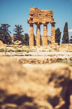 templo romano: Vista del Valle de los Templos en Agrigento, Sicilia, Italia Foto de archivo