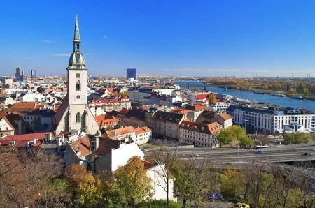 Weergave van Bratislava en de kathedraal van St. Martin uit Bratislava Castle, Slowakije Stockfoto