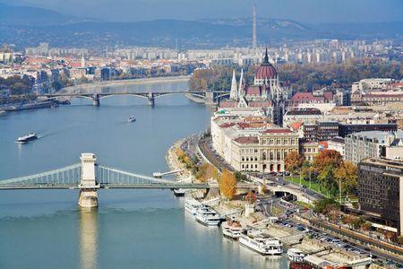 Ver en los puentes del Danubio y del Parlamento de Hungría en Budapest  Foto de archivo