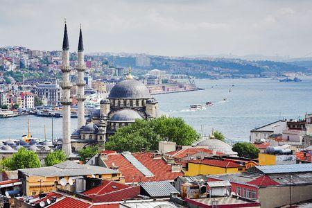 Uitzicht op de Bosporus en de wijken Eminonu en Beyoglu in Istanbul, Turkije