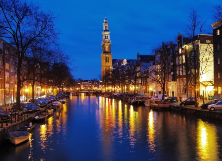 Avond weergave op de westerse kerk uit Prinsengracht kanaal in Amsterdam, Nederland