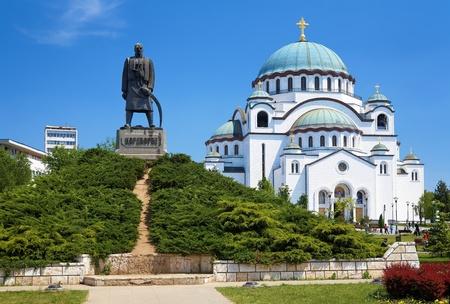 Monument ter nagedachtenis aan Karageorge Petrovitch in de voorkant van de kathedraal van Saint Sava in Belgrado, Servië Stockfoto - 9799363
