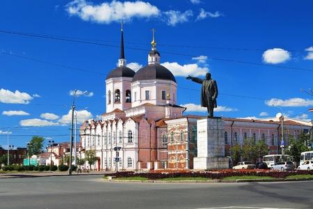 Driekoningen kathedraal en een standbeeld van Lenin op het centrale plein van Tomsk, Rusland Stockfoto - 10531919