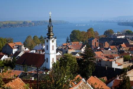 Zicht op de Sint-Nicolaaskerk, de Donau en Belgrado uit de Gardos heuvel in Zemun, Servië