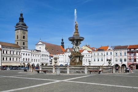 Fontein Samson op het centrale plein van Ceske Budejovice en de Zwarte Toren, de Tsjechische Republiek Stockfoto