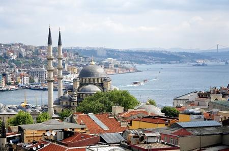 Uitzicht op Yeni Moskee, de Bosporus en wijken Eminonu en Beyoglu in Istanbul, Turkije