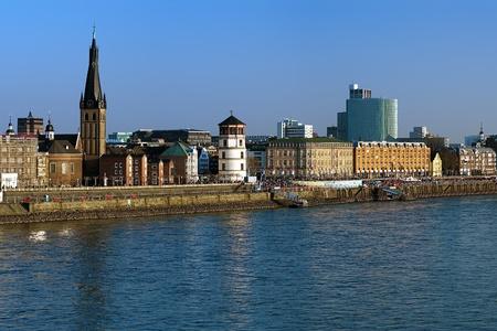 Düsseldorf, Embankment van de rivier de Rijn met Basiliek van St Lambertus en Schlossturm, Duitsland Stockfoto
