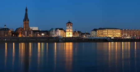 Avond uitzicht van Düsseldorf Oude Stad met de Basiliek van Sint-Lambertus, Schlossturm en de bouw van het oude stadhuis, Duitsland