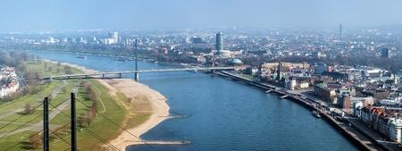 Düsseldorf, Zicht op rivier de Rijn, Oberkasseler brug, oude binnenstad en moderne wijken van Rheinturm tv-toren, Duitsland