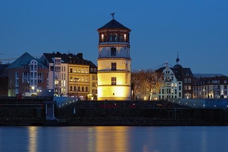 extant: Tarde vista de la torre existente Schlossturm de Dusseldorf castillo, Dusseldorf, Alemania