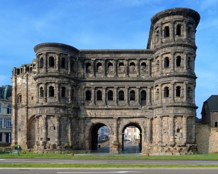 De Porta Nigra Black Gate - een 2e-eeuwse Romeinse stadspoort in Trier, Duitsland