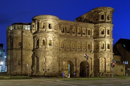 Avond uitzicht op de Porta Nigra Black Gate - een 2e-eeuwse Romeinse stadspoort in Trier, Duitsland Stockfoto