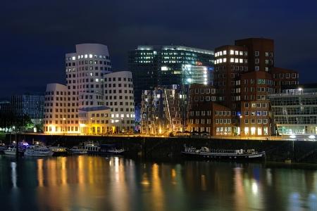 Avond uitzicht op de buldings van Neuer Zollhof en Dusseldorfer Stadttor in Media haven van Düsseldorf, Duitsland