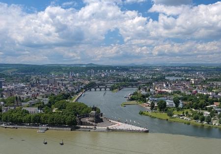 Bekijk van Koblenz met Duitse Hoek aan de samenvloeiing van Rijn en Moezel met ruiterstandbeeld van Willem de Grote, Duitsland Stockfoto - 17794823