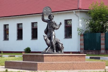 Sculptuur van een boer met boerderijdieren en grote oude Russisch muntstuk in zijn arm, Lepel, Wit-Rusland Stockfoto