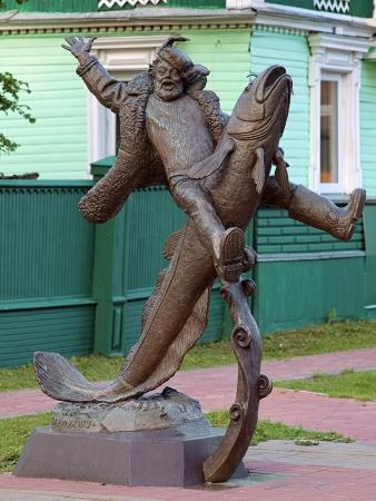 burbot: Monumento de Senya Malina montar en lota - el personaje de los cuentos de hadas de Stepan Pisakhov, Arkhangelsk, Rusia Foto de archivo