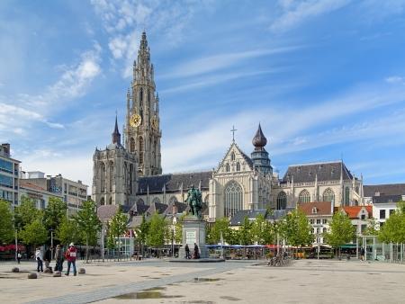 Kathedraal van Onze Lieve Vrouw en het standbeeld van Peter Paul Rubens in Antwerpen, België Stockfoto - 23663790
