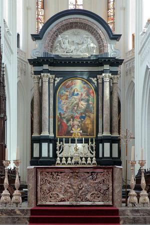 retablo: Altar con retablo La asunci�n de la Virgen de Peter Paul Rubens en la Catedral de Nuestra Se�ora en Amberes, B�lgica Editorial