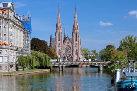 Blick auf die St. Paul Kirche von der Ill in Straßburg, Frankreich