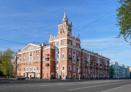far east: Edificio con torre - símbolo de Komsomolsk-on-Amur, Lejano Oriente, Rusia