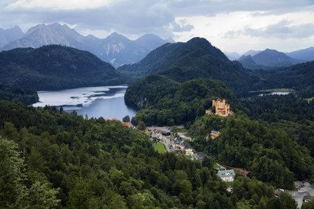 Uitzicht op de Beierse Alpen, dorp Schwangau en het kasteel Hohenschwangau, Duitsland