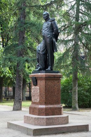 discoverer: Monumento a la Ant�rtida descubridor Fabian Gottlieb von Bellingshausen en Kronstadt, Rusia Editorial